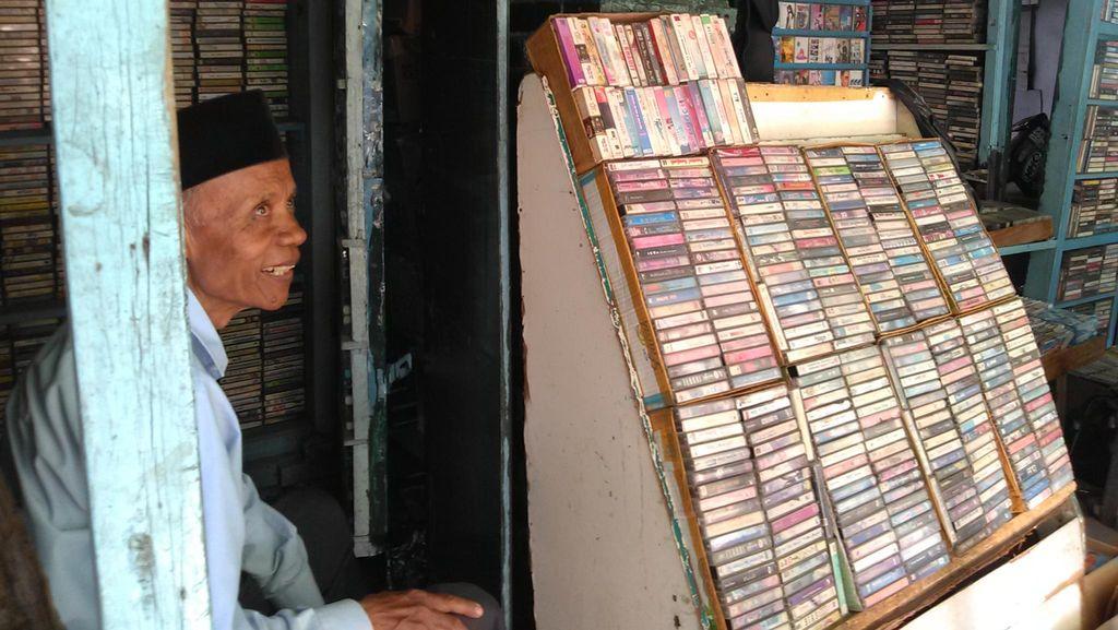 Cerita Penjual Kaset Bekas di Bandung, Oding: Banyak Bule Minati Lagu Tradisional