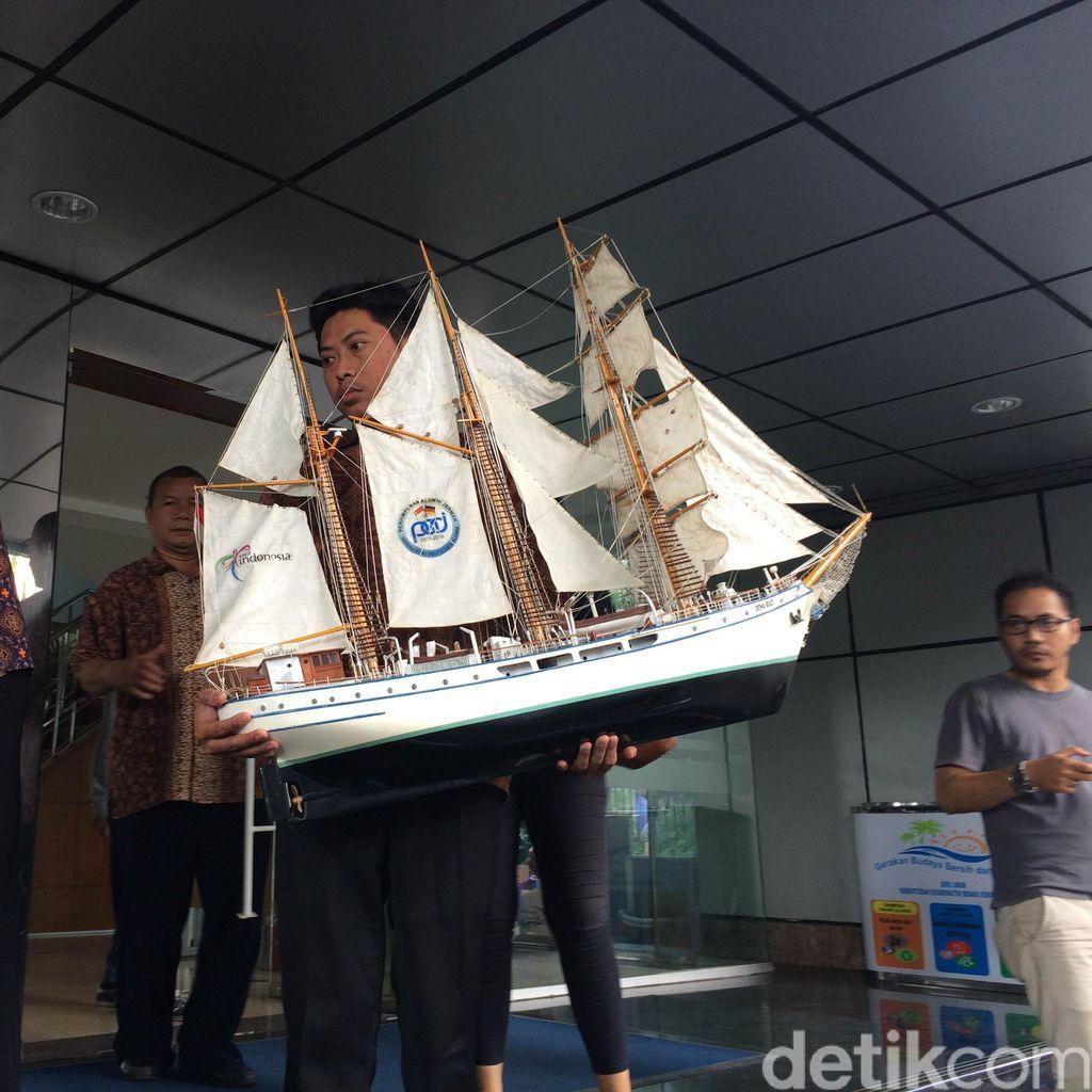 Barang Rizal Ramli Dibawa Pulang, dari Lukisan Hingga Miniatur Kapal