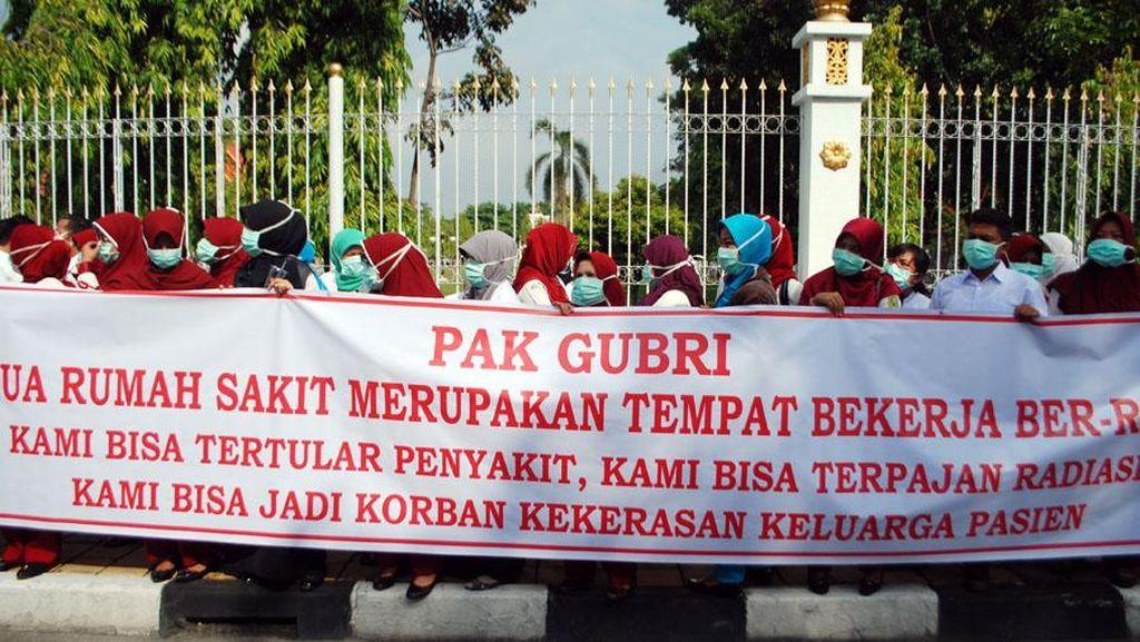 Protes Pergub Pemotongan Fee Pelayanan, Tenaga Medis Demo Kantor Gubernur Riau