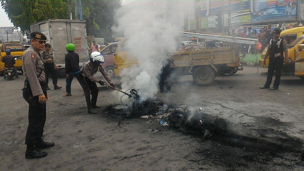 Demo Ratusan Pedagang Pasar di Medan Ricuh, Massa Bakar Ban dan Tidur di Jalan