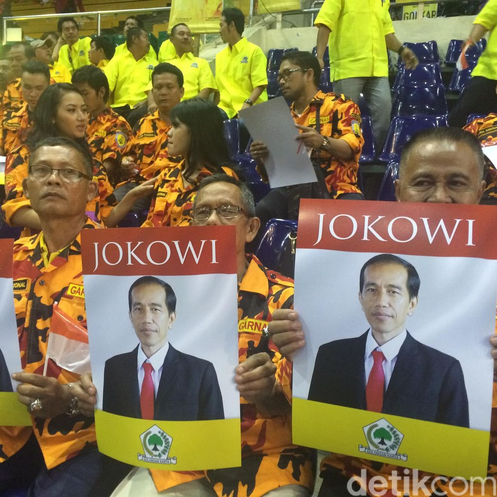 Jelang Deklarasi, Poster Jokowi Berlambang Golkar Terpampang di Rapimnas