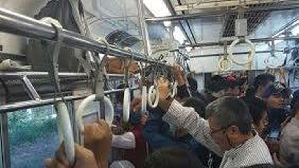 Commuter Line Melintas Perlahan di Rel yang Alami Gangguan di Lenteng Agung