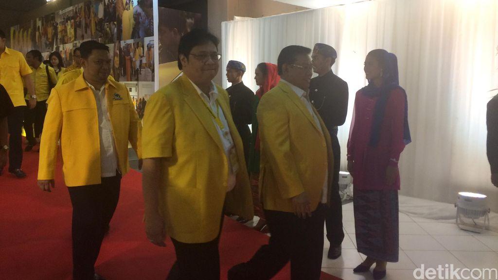 Menperin Airlangga Pakai Jas Golkar, Novanto Minta Izin ke Jokowi