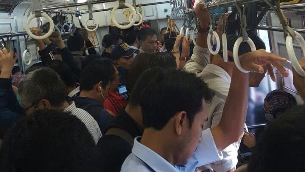 Ada Gangguan Persinyalan, Commuter Line Jalur Bogor Tertahan di UI