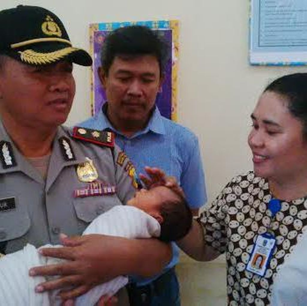 Bayi Masih Hidup Ditemukan Dibuang di Teras Rumah