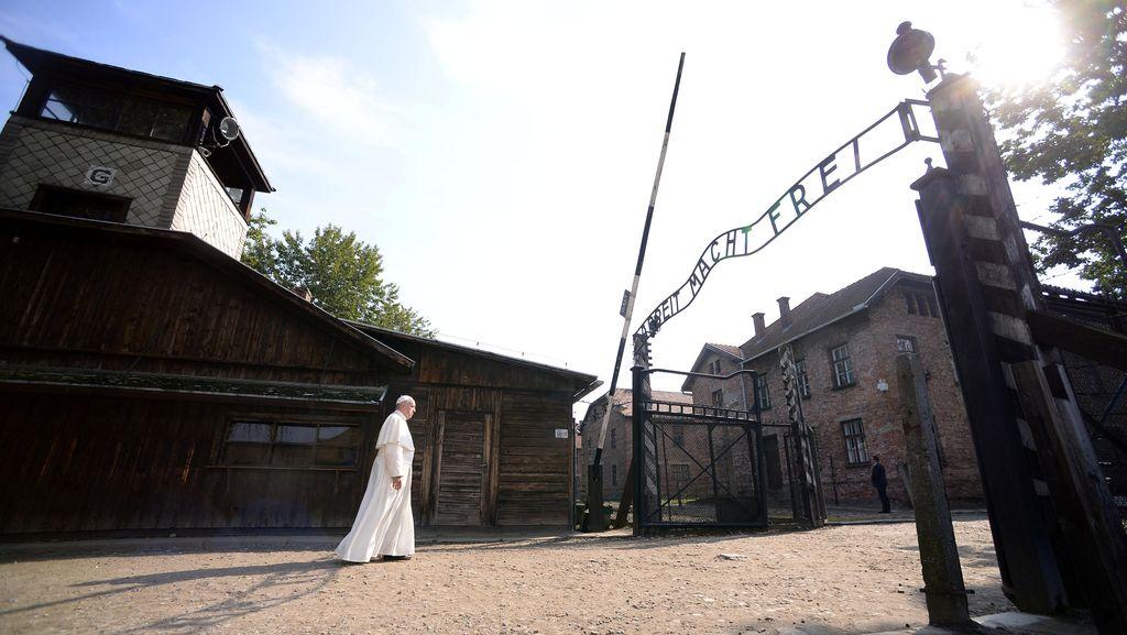 Kunjungi Kamp Auschwitz, Paus Fransiskus Doakan Korban Kekejaman Nazi