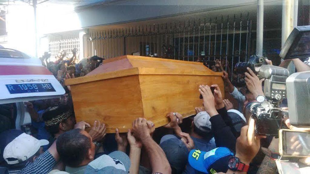 Jenazah Freddy Budiman Tiba di Rumah Duka di Surabaya, Warga Menyemut