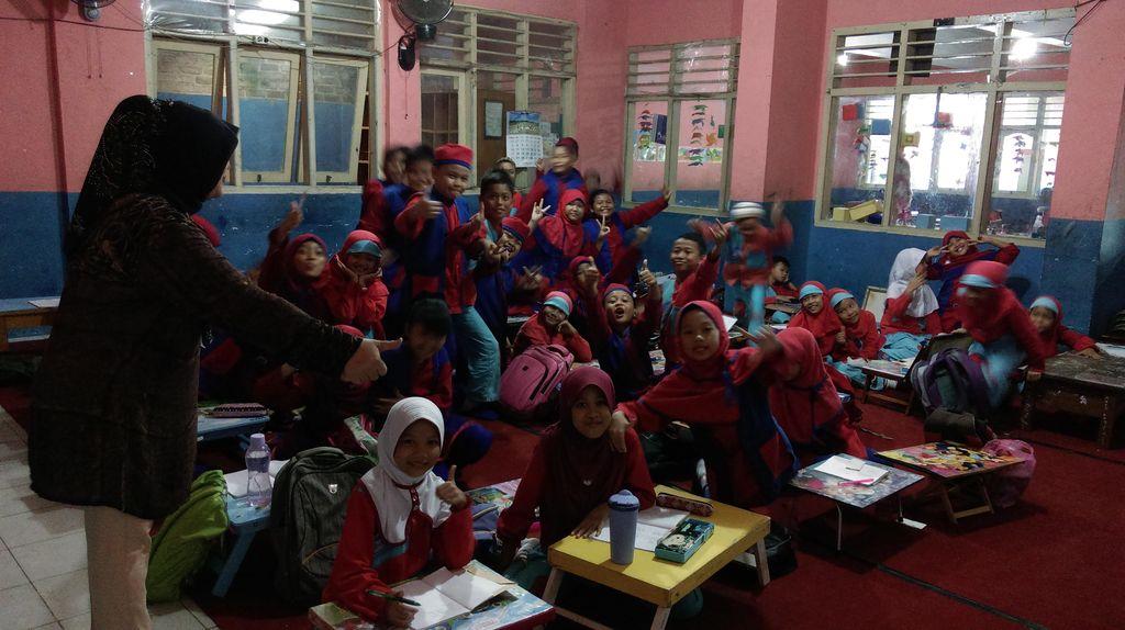 Cerianya Siswa SDN 15 Pangkalpinang dapat Kursi Baru Setelah 6 Bulan Lesehan