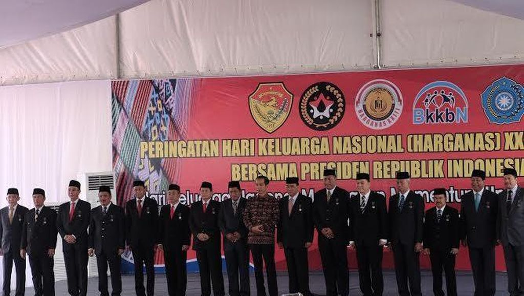 Jokowi Beri Tanda Kehormatan ke 15 Kepala Daerah, Salah Satunya Bupati Batang
