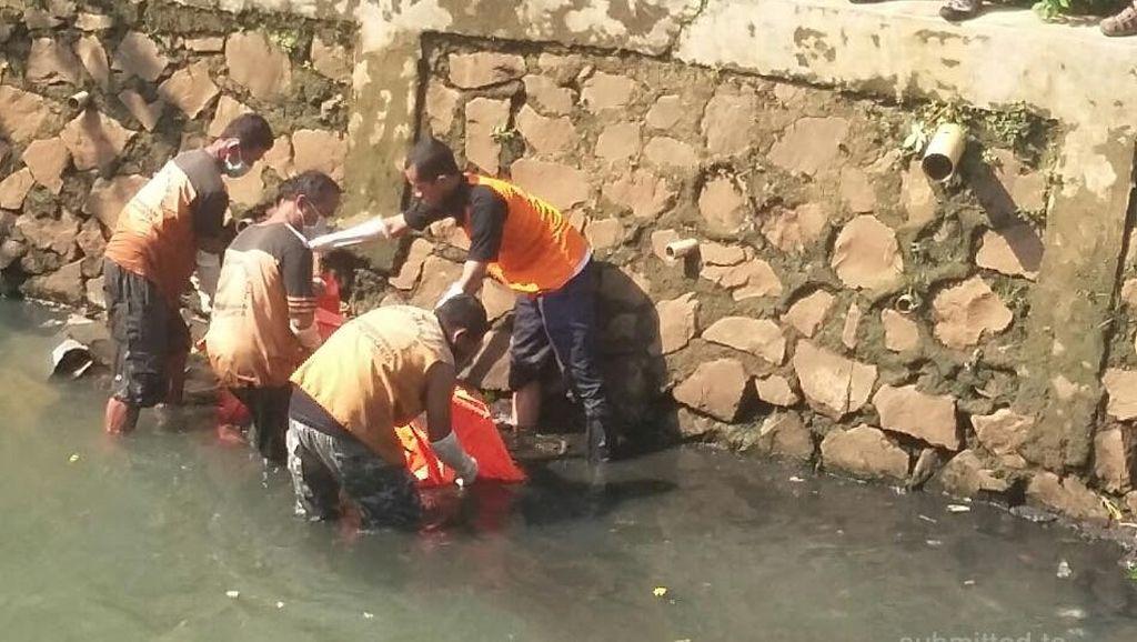 Petugas Kebersihan Temukan Mayat di Kali Krukut, Mampang