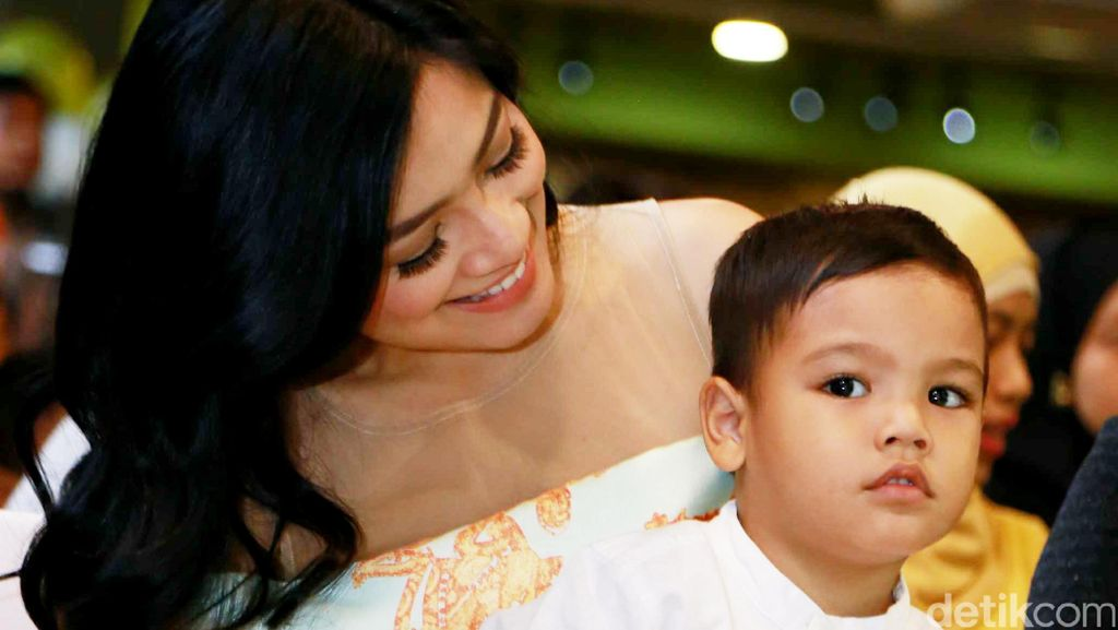 Titi Kamal dan Christian Sugiono Bicara Perkembangan Anak