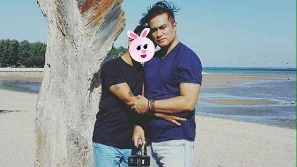 Adjie Pangestu Pose Bareng Cowok di Pantai Bikin Heboh