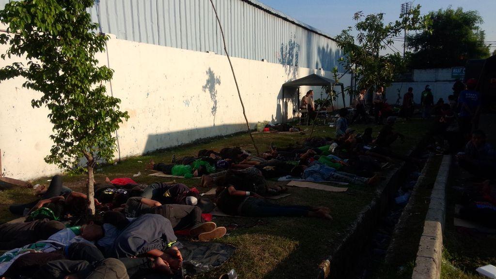 Pagi Ini Ratusan Bonek Masih Bertahan di Stadion Koja