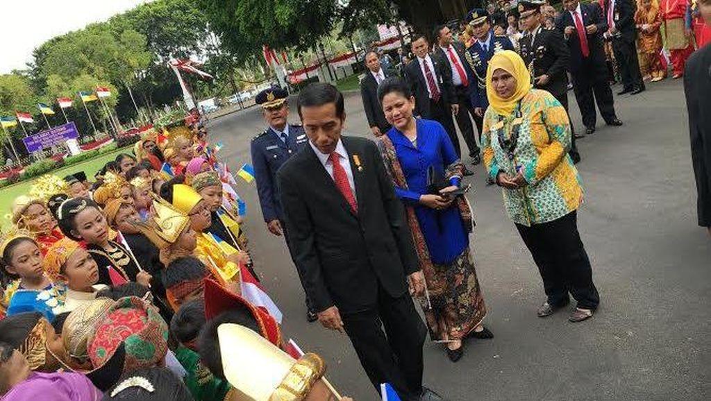 Didampingi Anak-anak Berpakaian Adat, Jokowi Sambut Kedatangan Presiden Ukraina