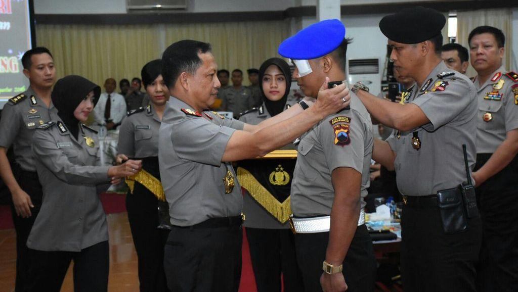 Kapolri Tito Beri Kenaikan Pangkat ke Bripka Bambang Adi Cahyono