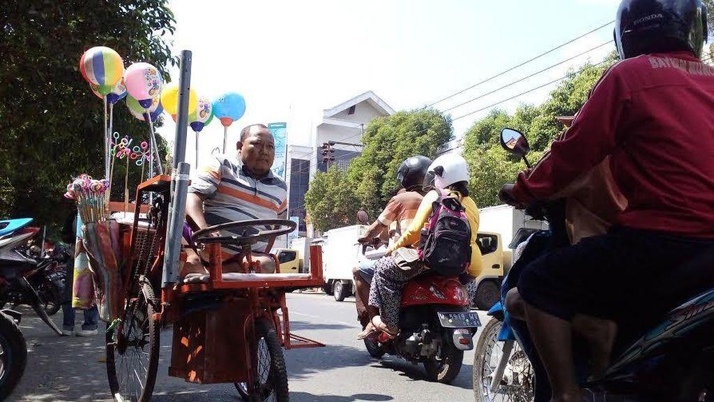 Mengenal Ketang, Pria Difabel Penjual Mainan di Kota Mojokerto