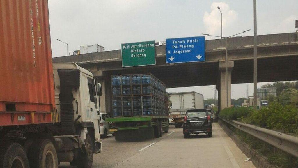 Truk Terbalik di KM 25 Jagorawi Arah Bogor, Pelat Besi Berserakan