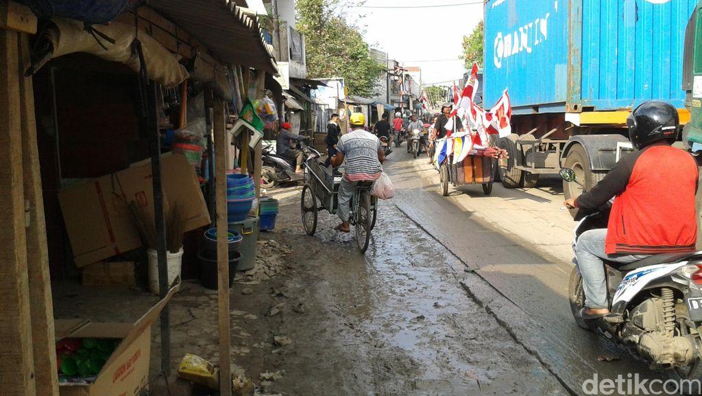Pipa Bocor dan Semburkan Lumpur, Jalan di Dekat Marunda Center Macet Parah