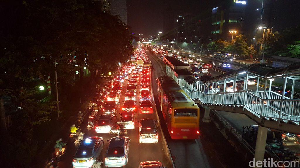 Hujan Mengguyur, Sejumlah Ruas Jalan di Jakarta Padat Merayap Sore Jelang Malam