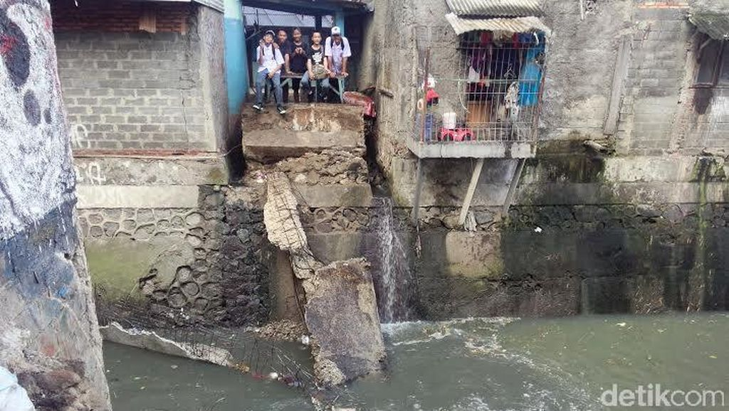 Jembatan Penghubung 2 RW di Manggarai Roboh, Warga Terpaksa Jalan Memutar