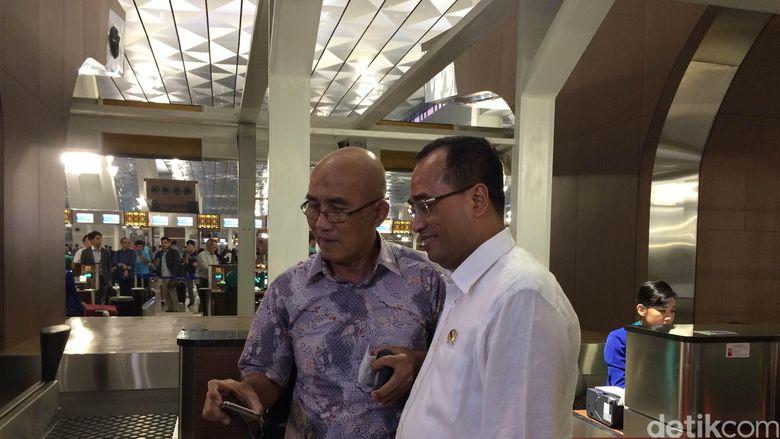 Pagi-pagi Menhub Budi Sambut Penumpang Kedatangan Perdana di Terminal 3