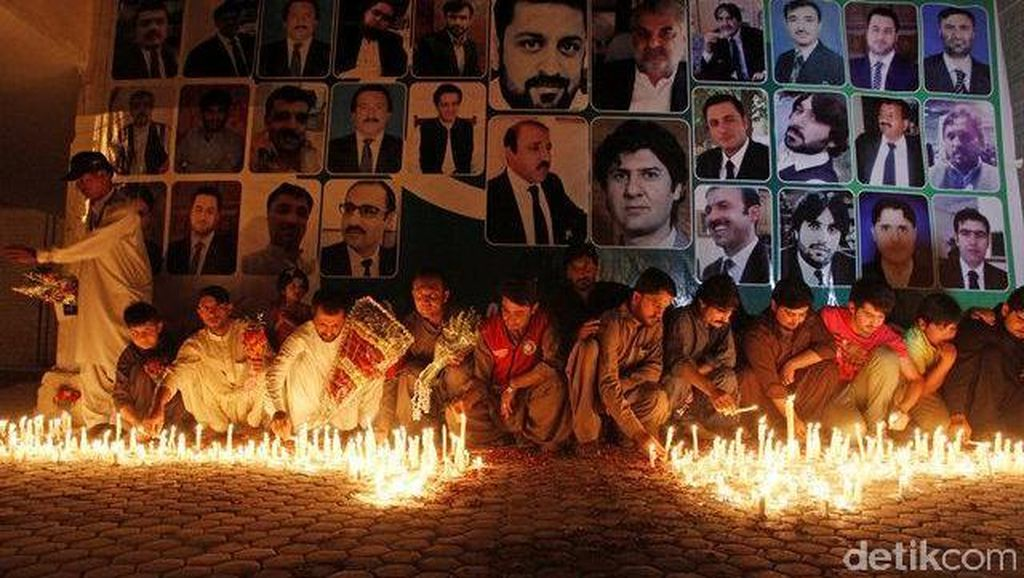 Sedih dan Marahnya Keluarga Korban Tewas Bom Bunuh Diri RS di Pakistan
