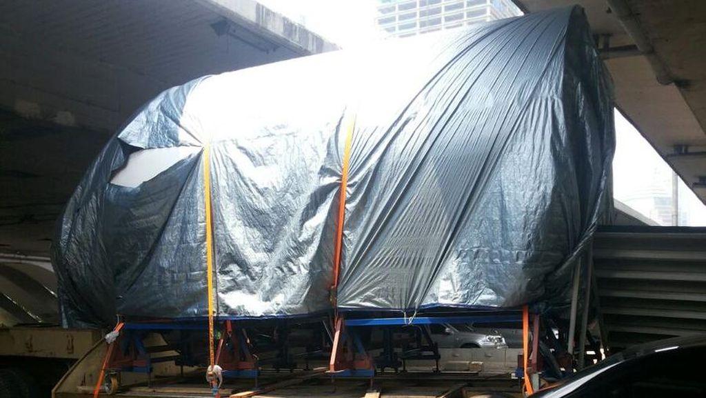Truk Angkut Kepala Pesawat Nyangkut di Semanggi, Ini Cara Polisi Mengevakuasi