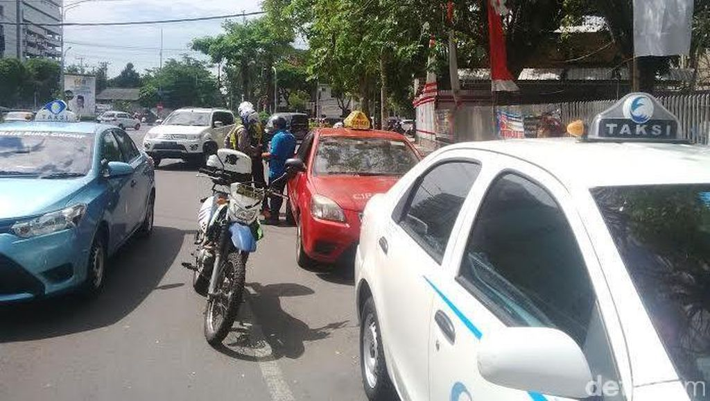 Puluhan Motor, Taksi dan Seorang Jukir Ditilang Petugas Gabungan