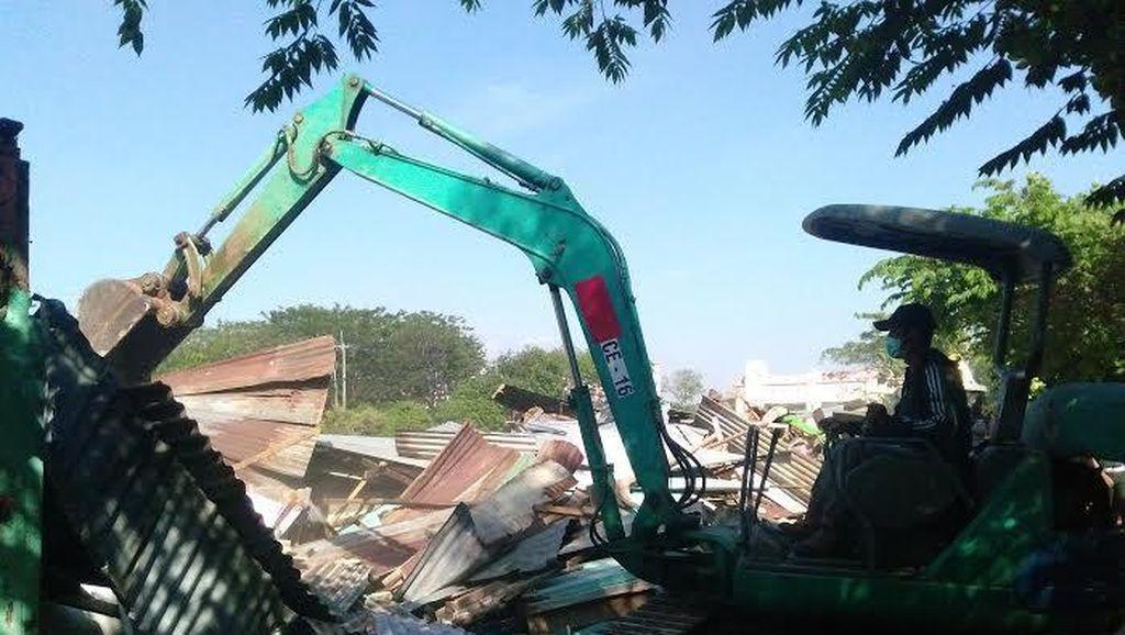 48 Bangunan Liar di Stren Kali Wonokromo Diratakan dengan Tanah