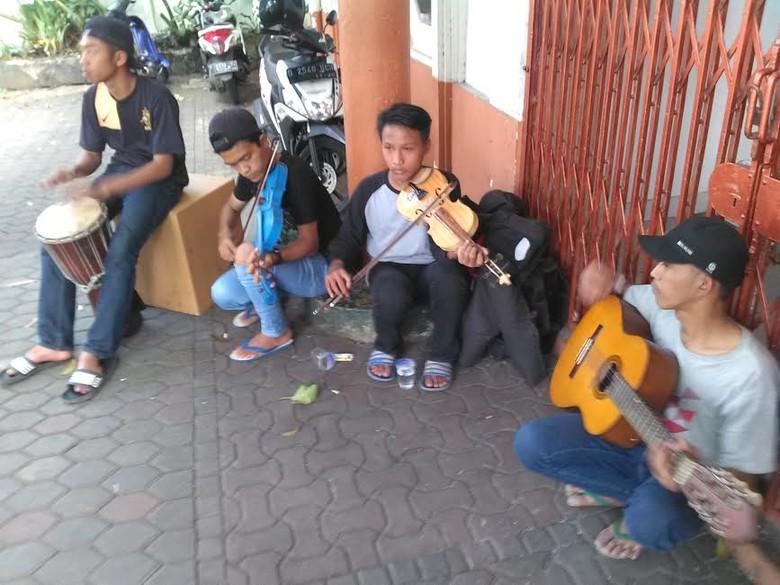 Berkenalan dengan Pengamen Jalanan yang Mainkan Musik Victory dengan Keren