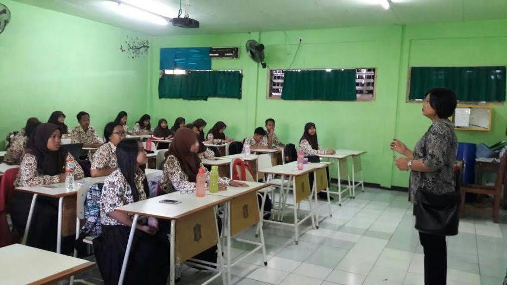 Siswa SMA di Surabaya Diberi Edukasi Bahaya Gadget