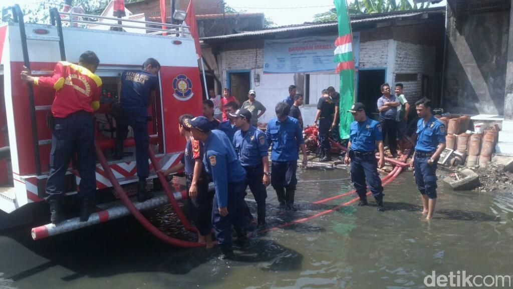 Pemkot Semarang Kerahkan Mobil Pemadam Kebakaran untuk Atasi Rob