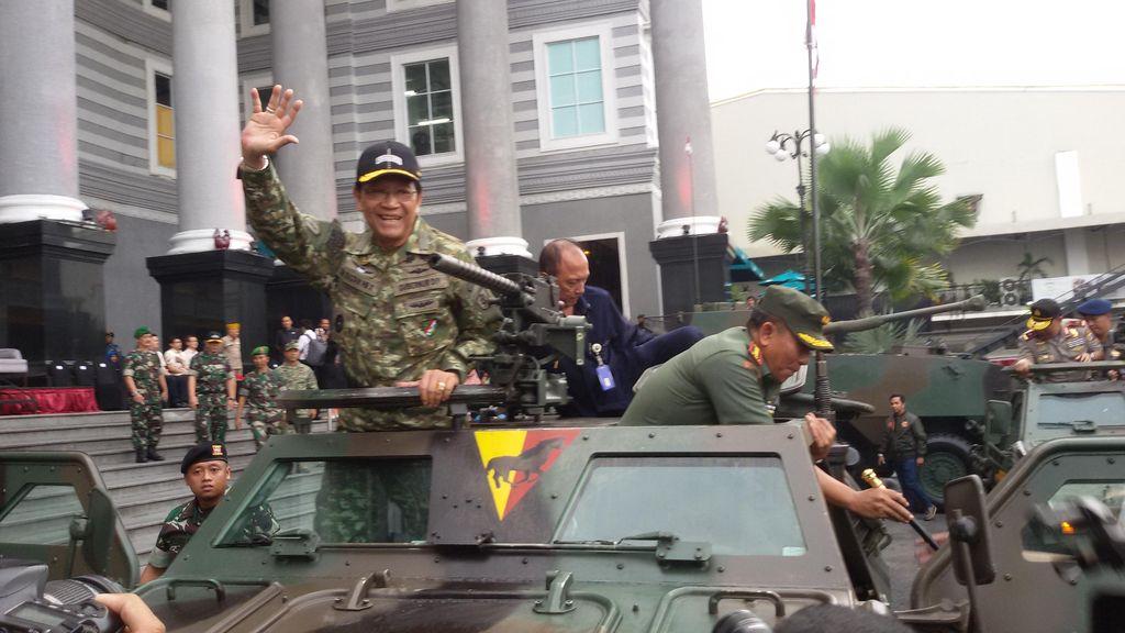 Sultan Naik Panser ke Lokasi Pameran Senjata TNI