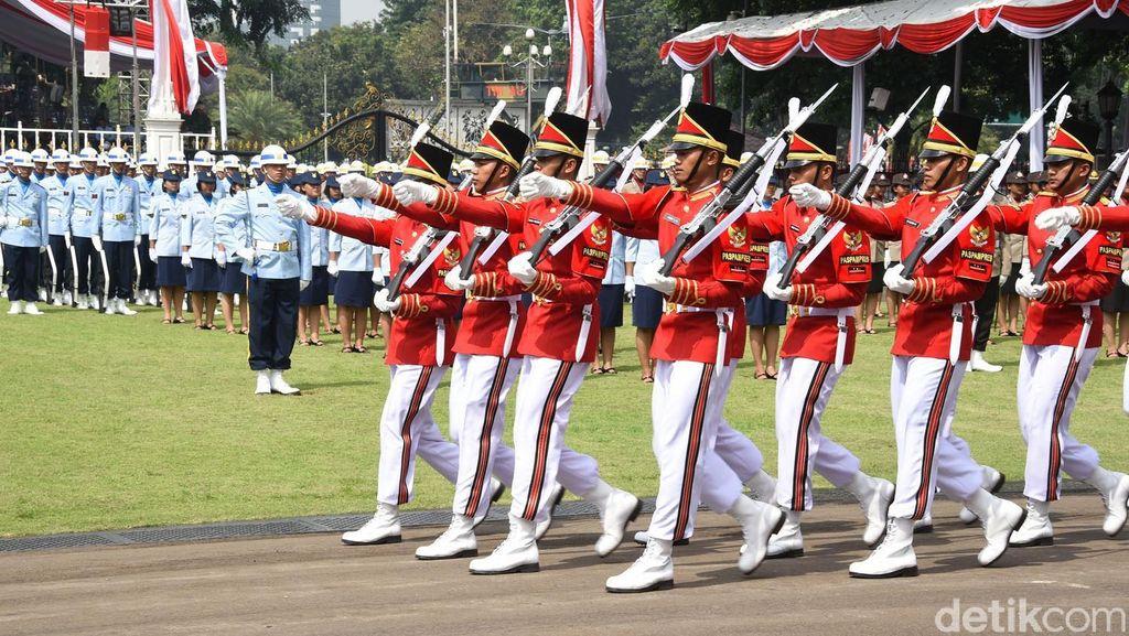 Jokowi Salami Tamu dari Kalangan Warga Sebelum Upacara HUT RI di Istana