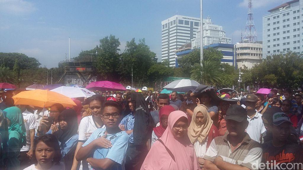 Saat Warga Rela Panas-panasan Demi Saksikan HUT ke-71 RI dari Layar Istana