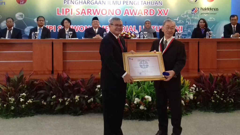 Fisikawan Tjia May On Terima Penghargaan LIPI Sarwono Award 2016