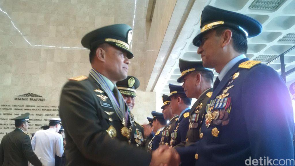 Panglima Jenderal Gatot Nurmantyo Berikan Tanda Kehormatan pada 78 Pati TNI