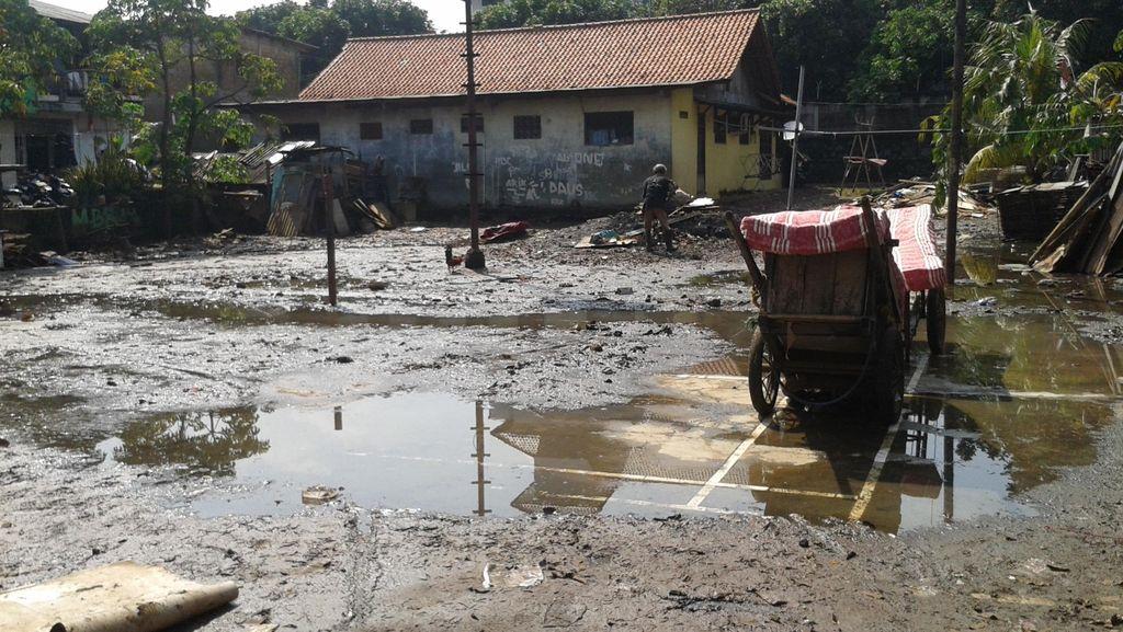 Banjir di Cilandak KKO Surut, Warga Jemur Kasur dan Sofa