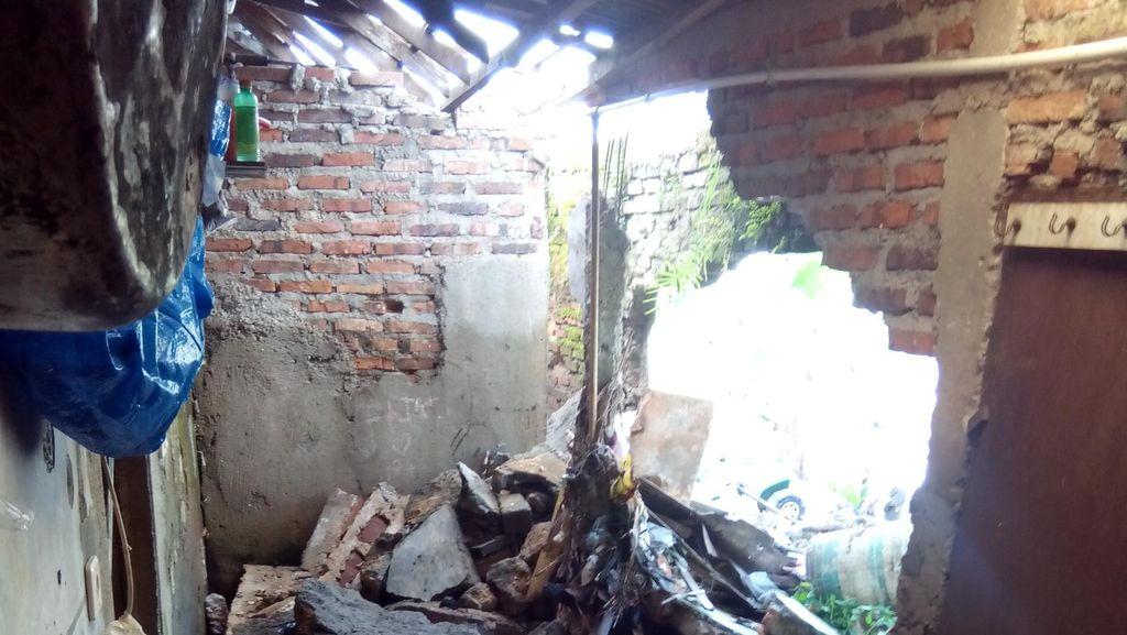 Banjir di Pondok Labu, 3 Tembok Rumah Warga Jebol dalam Semalam