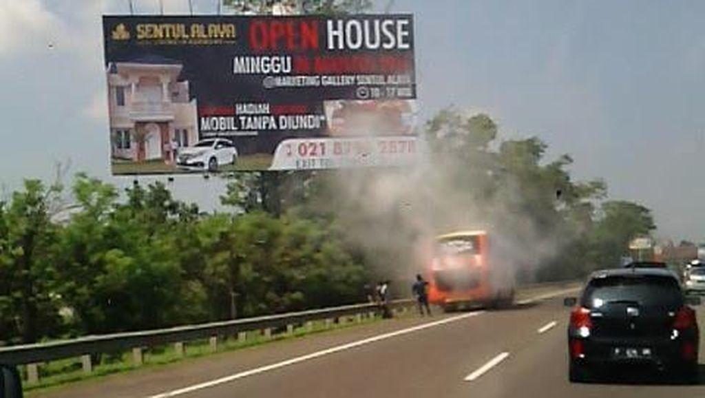 Mesin Keluarkan Asap, Bus di Tol Jagorawi Ini Lanjut Jalan