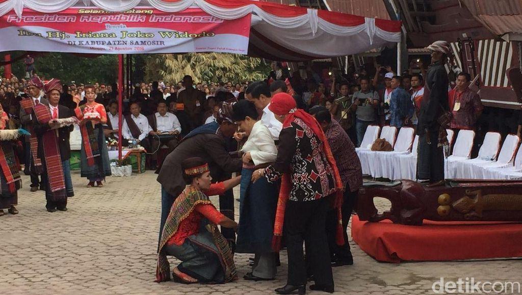 Beri Pakaian Adat Batak ke Jokowi, Bupati Samosir: Ini dari Masyarakat