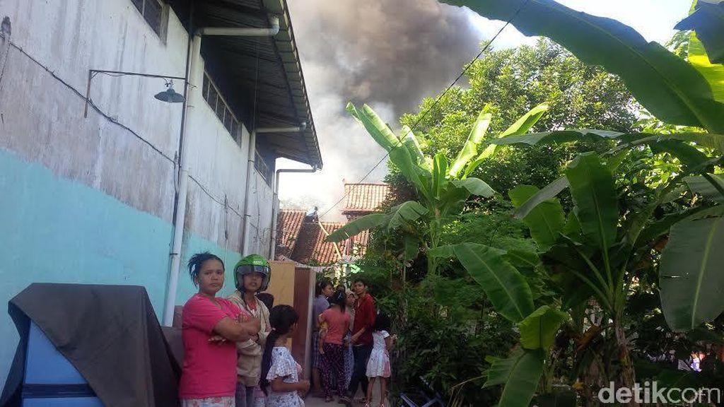 Kebakaran Gudang Cat di Yogyakarta, Warga Selamatkan Harta Benda