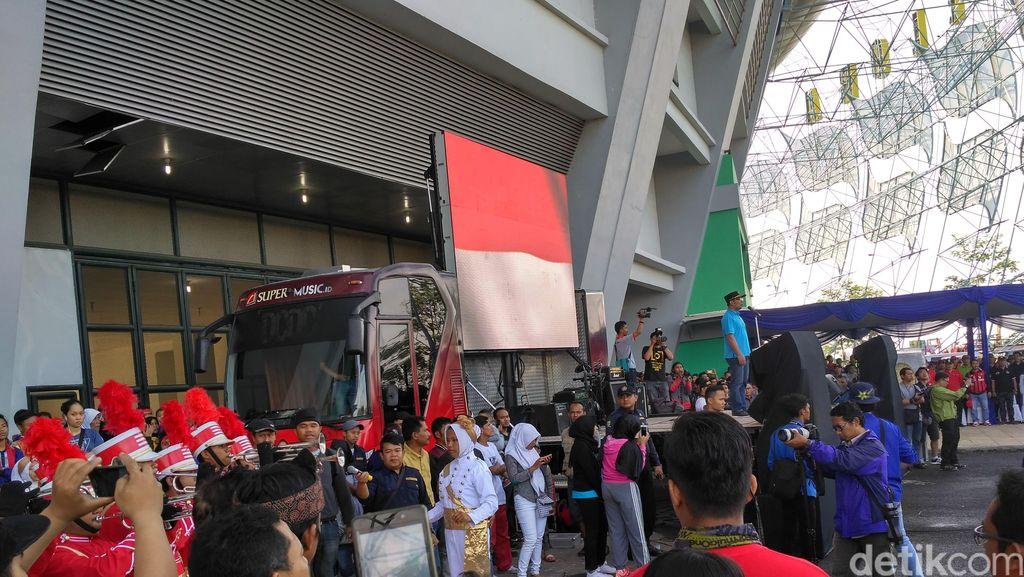 Ridwan Kamil dan Ribuan Warga Bersihkan Stadion GBLA Jelang Pembukaan PON