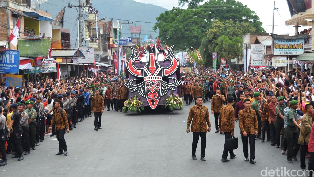 Sukacita Puluhan Ribu Orang Sambut Jokowi di Karnaval Danau Toba