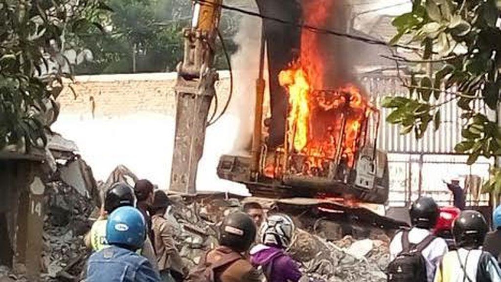 Sebuah Ekskavator Terbakar saat Sedang Membongkar Bangunan