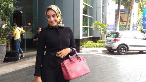 Shinta Bachir Masih Galau Kenakan Hijab