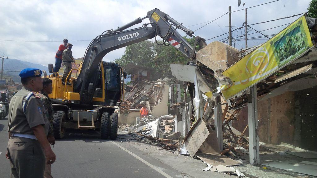 Ada 200 Bangunan Liar yang Dibongkar Aparat di Kampung Arab Puncak