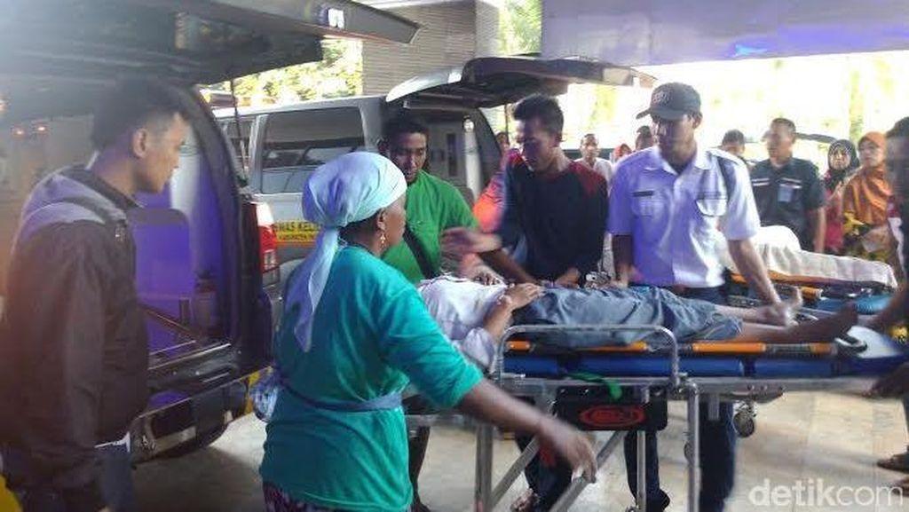 MPU Angkut Pelajar Tabrak Truk di Grati, 10 Orang Patah Kaki
