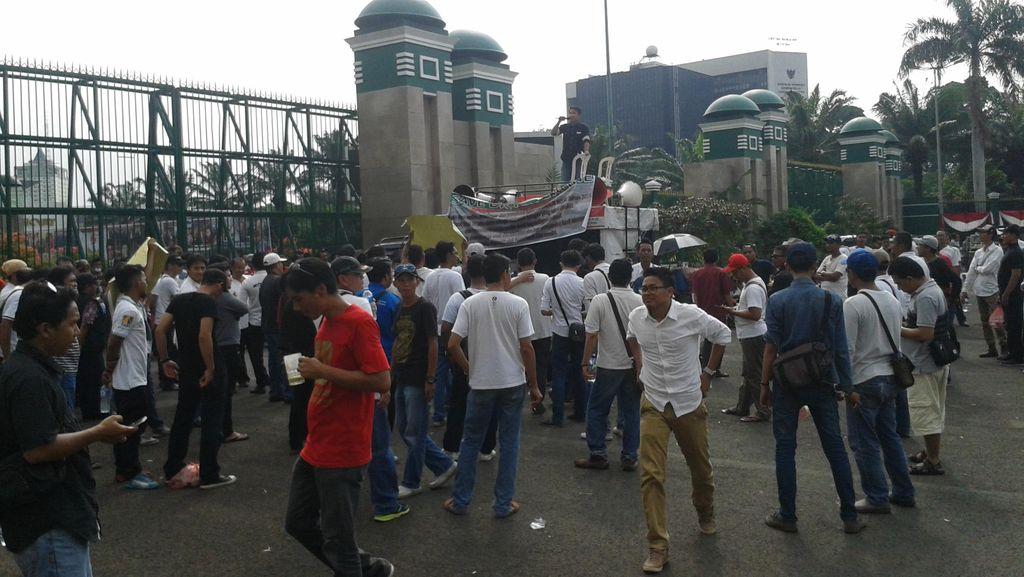 Ratusan Sopir Angkutan Online Demo di DPR