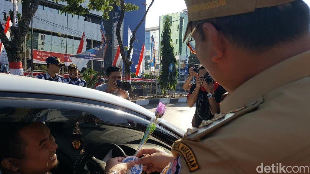 Peringati Hari Antinarkoba Internasional, Wali Kota Makassar Bagi Bunga ke Pengendara